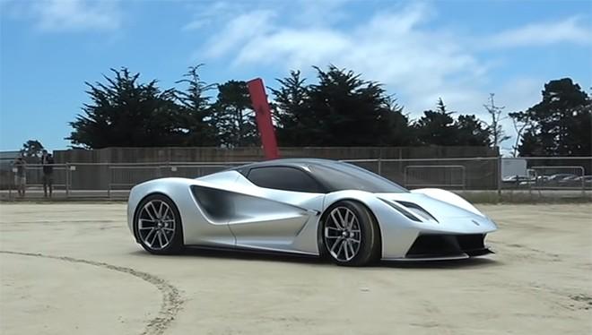 Lotus Evija đang được Supercar Blondie lái thử.