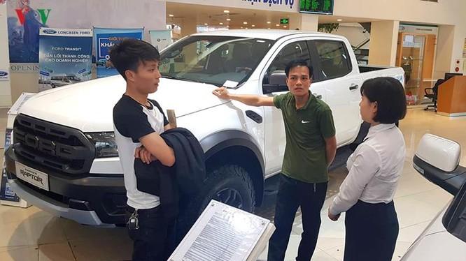 Lượng khách tìm đến showroom vẫn có nhưng chủ yếu là đi tham khảo thông tin và giá xe.