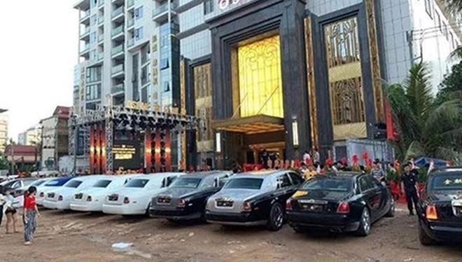 Những chiếc xe siêu sang Rolls-Royce đổ bộ trước casino ở Campuchia.