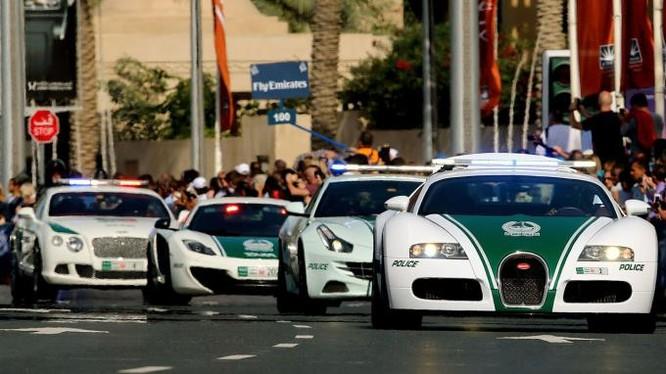 Kỷ lục Guinness công nhận Dubai có xe cảnh sát nhanh nhất thế giới, chiếc xe Bugatti Veyron (xe đầu đoàn) đạt tốc độ tối đa 407km/h, có giá 2,5 triệu USD