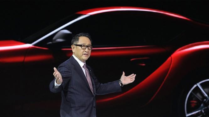 Chủ tịch Toyota, Akio Toyoda, đang phát biểu trước sinh viên Đại học Thanh Hoa, Bắc Kinh, hồi tháng 4. Ảnh: Reuters