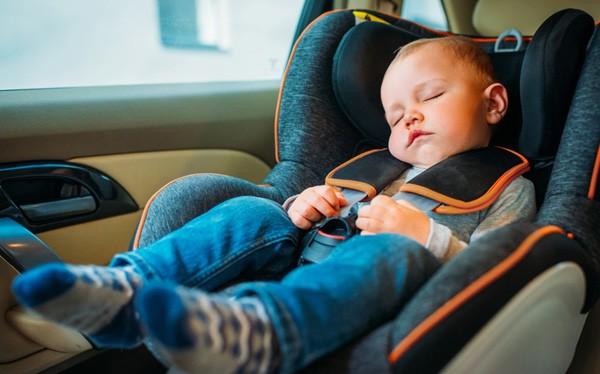 Ảnh minh họa: Những ông bố bà mẹ đãng trí để quên trẻ em trên xe sẽ rất nguy hiểm.