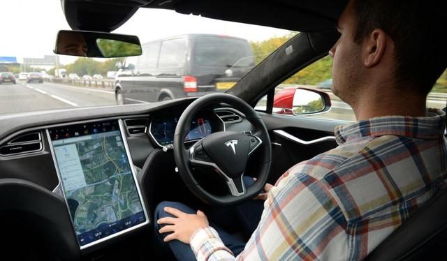 Tesla bị ép triệu hồi hệ thống Autopilot