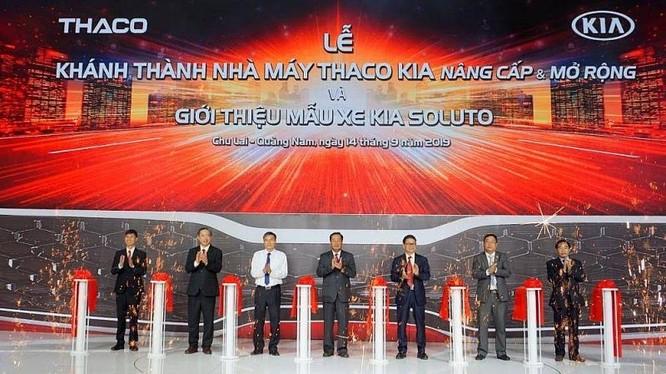 Chủ tịch HĐQT Thaco Trần Bá Dương (thứ ba từ trái) và ông Huỳnh Khánh Toàn - Phó Chủ tịch UBND tỉnh Quảng Nam (đứng giữa) cùng ban lãnh đạo Thaco cắt băng khánh thành nhà máy Thaco Kia nâng cấp mở rộng sáng 14/9/2019