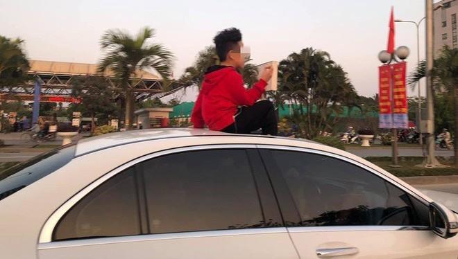 Em bé ngồi trên cửa sổ trời ô tô khiến nhiều người thảng thốt. (Ảnh: Thế giới trẻ)