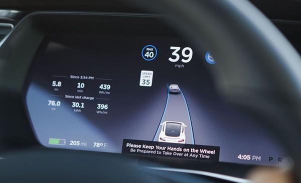 Hệ thống Autopilot yêu cầu người lái luôn đặt tay trên vô-lăng.