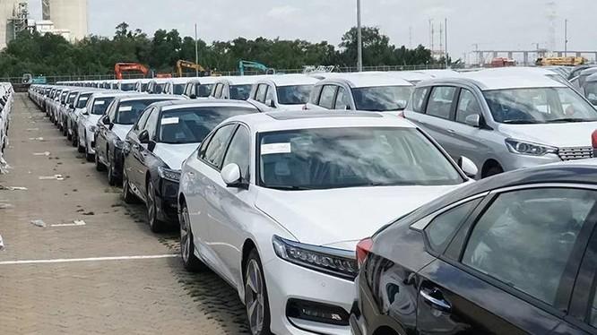 Lô hàng Honda Accord (phải) cập cảng Hiệp Phước, TP HCM, tháng 9/2019. Ảnh: Lâm Hải Quang