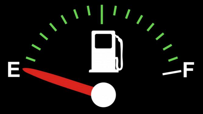 Việc hết xăng đột ngột trong lúc bạn đang chạy tốc độ cao sẽ làm cho động cơ bị hãm (chết máy) đột ngột, dễ xảy ra tai nạn