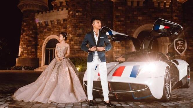 Minh Nhựa và vợ đứng trước chiếc Pagani Huayra