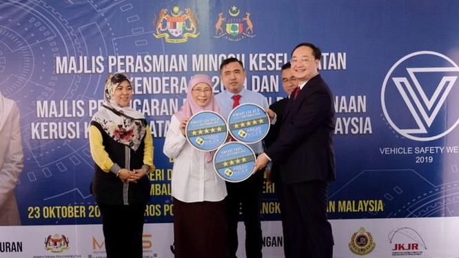 Phó thủ tướng Malaysia trao chứng nhận cho ông Trần Lê Phương – Phó Tổng giám đốc VinFast.