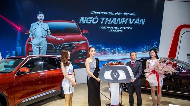 Phó Tổng Giám đốc Tập đoàn VinGroup, ông Võ Quang Huệ bàn giao chiếc VinFast Lux SA2.0 cho Ngô Thanh Vân