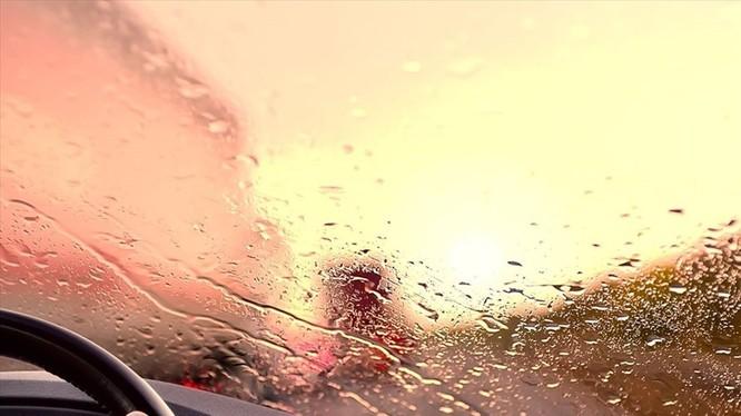 Điều khiển xe trong thời tiết mưa bão luôn rình rập nhiều mối nguy hiểm bất ngờ. Ảnh ST.