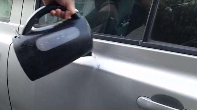 Mẹo loại bỏ vết lõm trên xe ô tô bằng nước sôi. Ảnh: T&T.