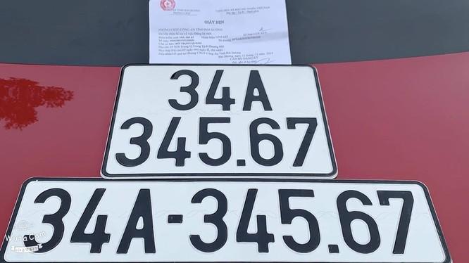 Tấm biển số xe gây xôn xao dư luận (Ảnh: Dân Việt)