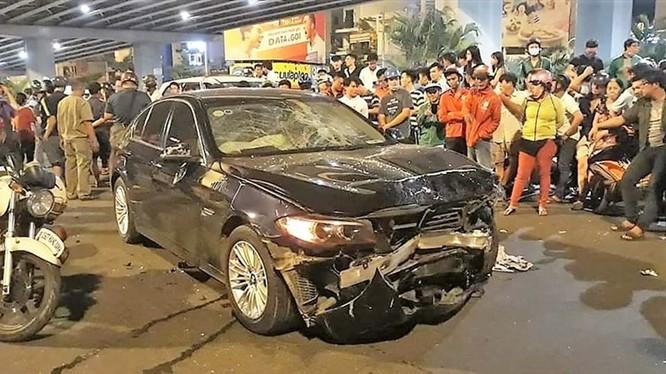 Hiện trường vụ tai nạn khiến nhiều người thương vong tại ngã tư Hàng Xanh. Ảnh T.S.