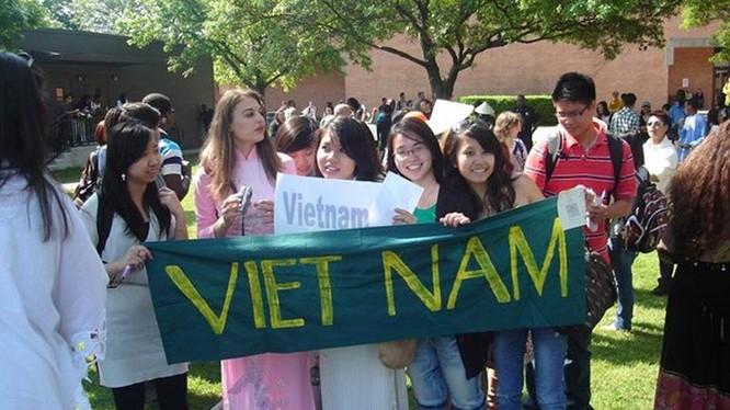 Không ít du học sinh Việt Nam thường được phía nước ngoài khuyến khích về nước lấy số liệu cho đề tài tốt nghiệp. Ảnh: báo điện tử Tổ Quốc