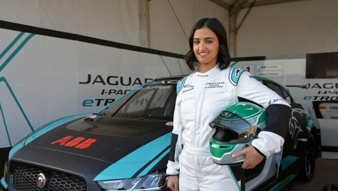 Reema Juffali bên chiếc xe đua.