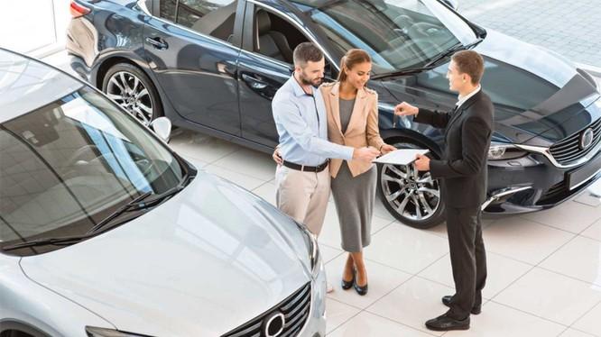 Khách hàng ký hợp đồng mua ôtô mới tại một đại lý ở Mỹ. Ảnh: Motor1