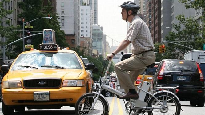 Một người đi xe đạp điện tại New York, Mỹ. Ảnh: Mark Lennihan
