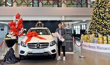 Thủ môn Bùi Tiến Dũng bên chiếc xe được tặng trước thềm Noel