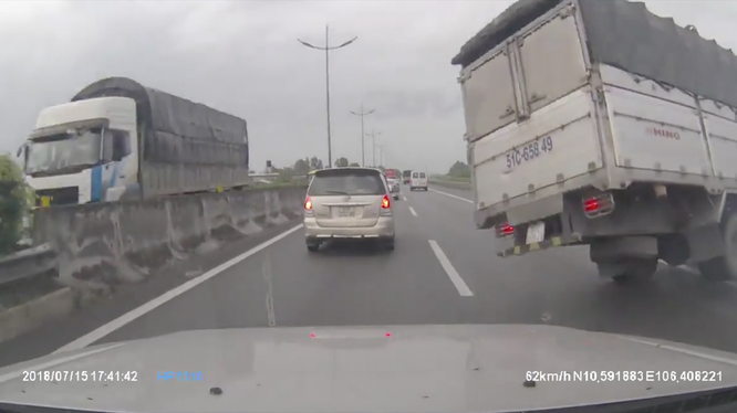 Hình ảnh một chiếc xe bị nổ lốp khi đang chạy trên cao tốc, được camera an ninh của chiếc xe phía sau ghi lại