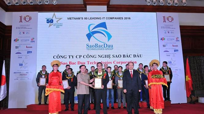 Công ty Sao Bắc Đẩu tại lễ vinh danh 50 thương hiệu CNTT hàng đầu Việt Nam 2016. Ảnh: Website Sao Bắc Đẩu