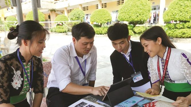 Giáo viên và học sinh vùng cao sử dụng máy tính bảng. Ảnh: báo Dân tộc.