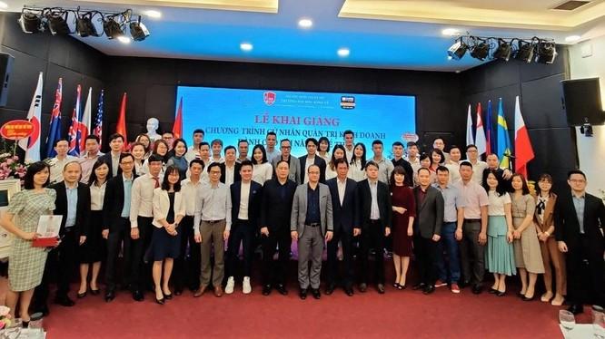 Nhiều tài năng thể thao, trong đó có danh thủ bóng đá Quang Hải, trong lễ khai giảng chương trình đào tạo quản trị kinh doanh do Trường Đại học Kinh tế - Đại học Quốc gia Hà Nội tổ chức.