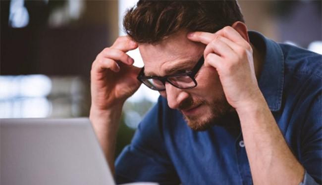 bạn cần cho mắt nghỉ ngơi sau nhiều giờ làm việc trước máy tính