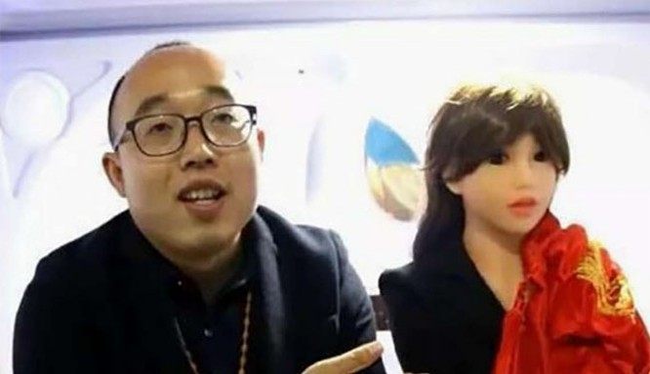 Anh Trịnh Gia Gia bên cô vợ robot của mình