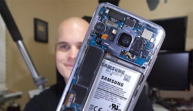 """Chiếc Galaxy S8 sau khi được """"độ"""" nắp lưng trong suốt"""