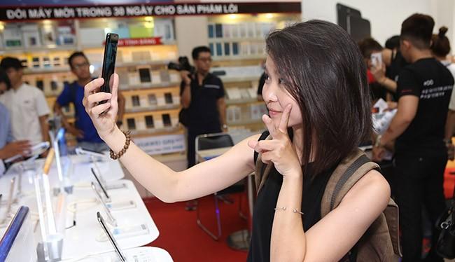 Galaxy S8 và S8 Plus thu hút một lượng lớn khách hàng trong ngày đầu mở bán