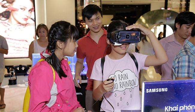 Các bạn trẻ trải nghiệm kính thực tế ảo Gear VR của Samsung