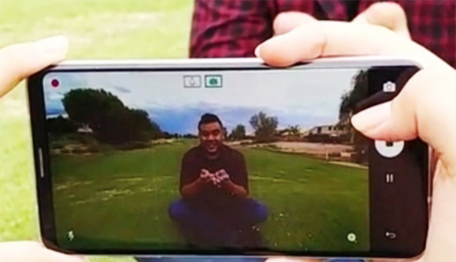 Khi nhấn vào nút chụp trên điện thoại, người dùng sẽ có cảm giác như nhấn vào nút một chiếc máy ảnh DSRL (ảnh Phone Arena)