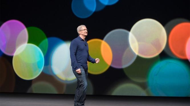 CEO Apple, ông Tim Cook đứng trên sân khấu nhà hát Steve Jobs giới thiệu iPhone X (ảnh: Venture Beat)