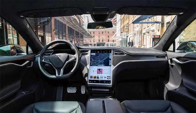 Bên trong xe tự lái của Tesla (The Verge)