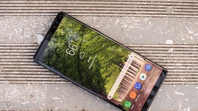 Xu hướng của smartphone ngày nay là viền màn hình rất mỏng (ảnh: Phone Arena)