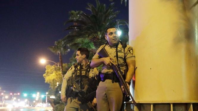 Cảnh sát có vũ trang tiếp cận khu nghỉ dưỡng Mandalay Bay và khu sòng bạc trong vụ xả súng kinh hoàng xảy ra tuần trước ở Las Vegas (ảnh AP)