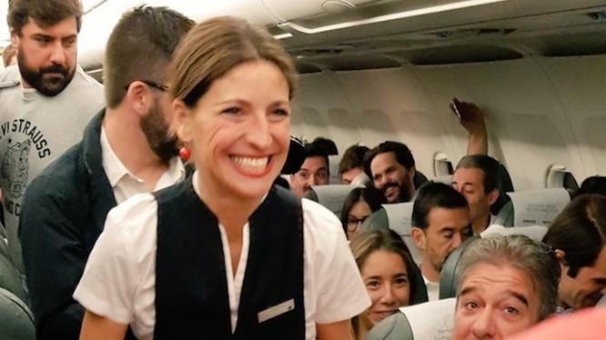 Các hành khách rất bất ngờ khi nhìn thấy tiếp viên bê khay đựng Note 8 (ảnh: Iberia Airlines)