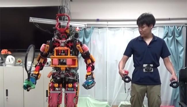 Điều khiển robot thông qua thiết bị HTC Vive (ảnh: The Verge)