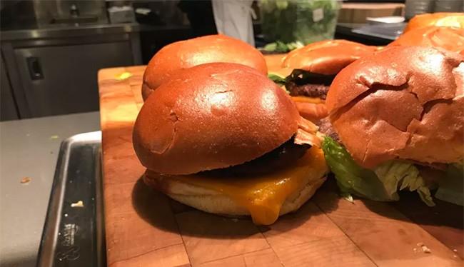 Món bánh burger có cách sắp xếp giống như emoji của Google (ảnh: The Verge)