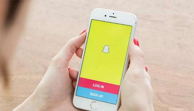 Snapchat là ứng dụng mạng xã hội khá phổ biến ở Anh, Mỹ (ảnh: The Verge)