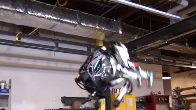 Robot Atlas biểu diễn khả năng nhảy santo ngược (ảnh cắt từ clip)
