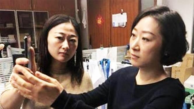 Đồng nghiệp của cô Dương có thể dễ dàng mở khóa chiếc iPhone X cô mới mua (ảnh: Bưu điện Buổi sáng Hoa Nam)
