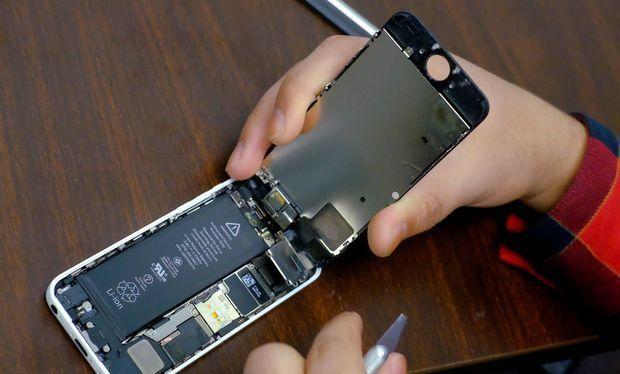 Bạn có thể thay pin iPhone chính hãng với giá 29 USD (ảnh: Bangkok Post)