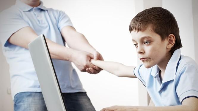 Trẻ em là đối tượng rất dễ bị nghienj công nghệ (ảnh Inhabitat)