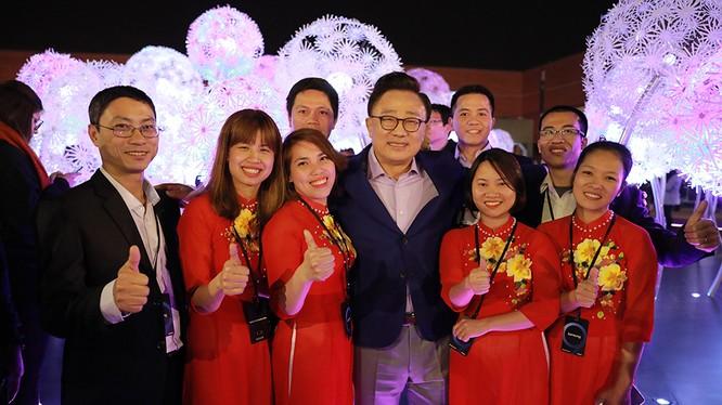 8 nhân viên Samsung Việt Nam chụp ảnh chung với chủ tịch D.J.Koh (ảnh Samsung cung cấp)