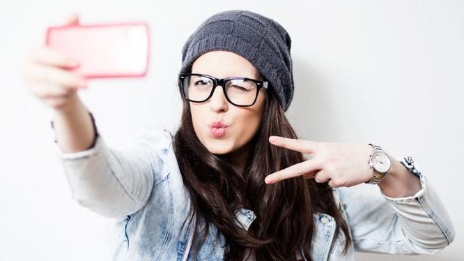 Selfie là sở thích của những người trẻ tuổi, hay dùng mạng xã hội