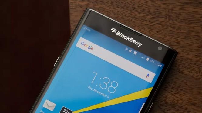 BlackBerry là hãng điện thoại của Canada. Điện thoại BlackBerry nổi tiếng với thiết kế bàn phím vật lý và độ bảo mật cao (ảnh; The Verge)