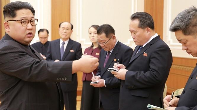 Nhà lãnh đạo Triều Tiên Kim Jong Un gặp gỡ các lãnh đạo cao cấp của nước này ngày 13/2/2018 (ảnh: Reuters)